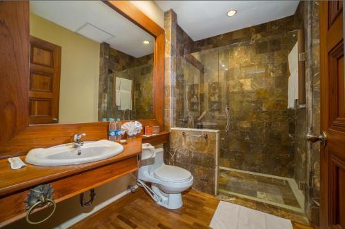 Ein Badezimmer in der Unterkunft The Hotel @ Tharabar Gate