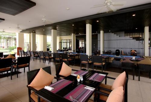 En restaurant eller et andet spisested på Apsara Beachfront Resort & Villa SHA PLUS