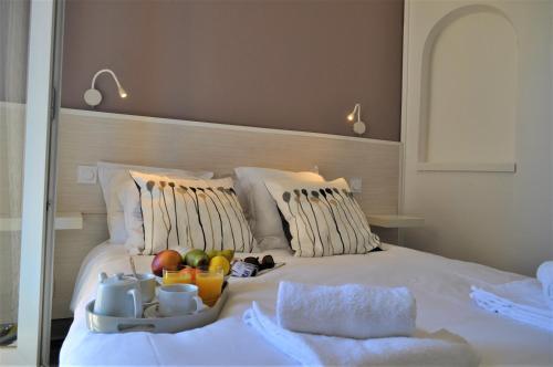 A bed or beds in a room at Hôtel de la Mer