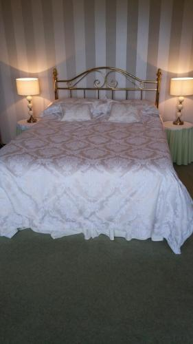 A bed or beds in a room at Balnacraig