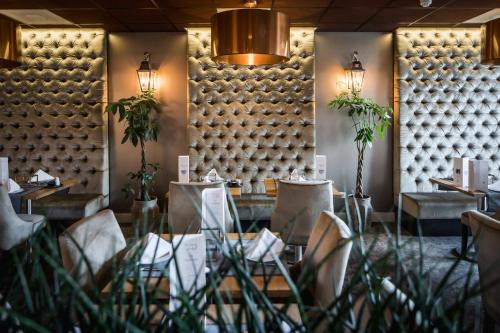 A restaurant or other place to eat at Luxury Suites Amsterdam - Member of Warwick Hotels