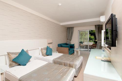 Een bed of bedden in een kamer bij Grand Okan Hotel