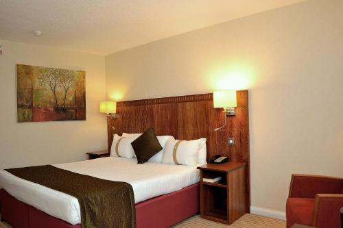 A bed or beds in a room at Holiday Inn Northampton, an IHG Hotel