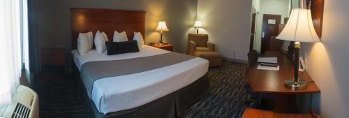 A bed or beds in a room at Parke Regency Hotel & Conf Ctr., BW Signature Collection