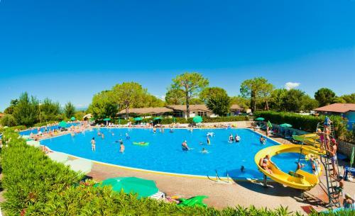 Der Swimmingpool an oder in der Nähe von Camping Cisano - San Vito