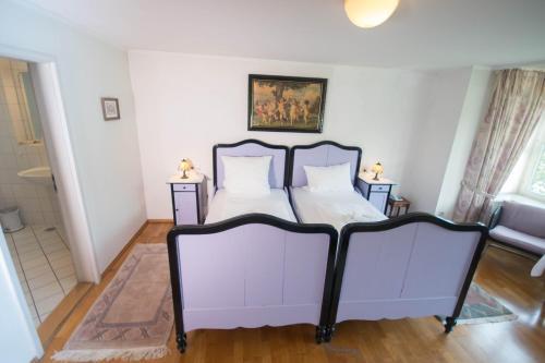 Ein Bett oder Betten in einem Zimmer der Unterkunft Gasthaus zum Löwen - Restaurant Akropolis