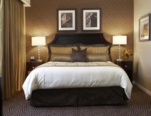 A bed or beds in a room at Hotel Julien Dubuque