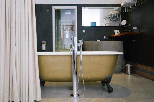 Een badkamer bij Hotel Karel
