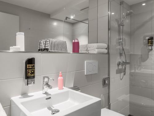 Ein Badezimmer in der Unterkunft Serways Hotel Siegburg West