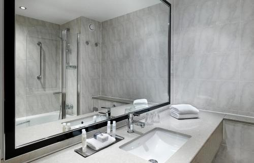 A bathroom at DoubleTree by Hilton Woking