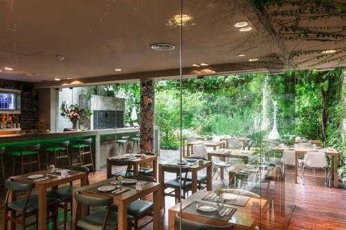 Un restaurant u otro lugar para comer en Home Hotel
