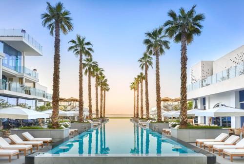 בריכת השחייה שנמצאת ב-Five Palm Jumeirah Dubai או באזור