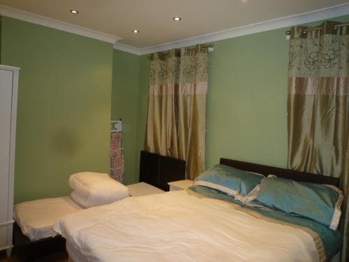 A bed or beds in a room at Clarence Road House
