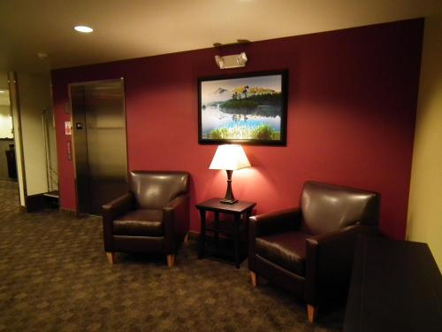 A seating area at Aspen Suites Hotel Juneau