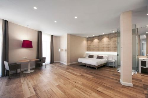 A bed or beds in a room at Melia Plaza Valencia