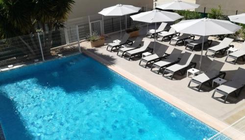Vue sur la piscine de l'établissement Ibis Budget Hyères ou sur une piscine à proximité