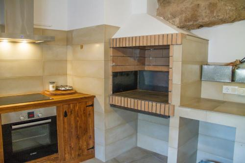 A kitchen or kitchenette at Casa Cueva Las Tinajas de Naya