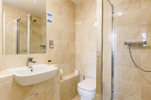 A bathroom at George Oxford Hotel