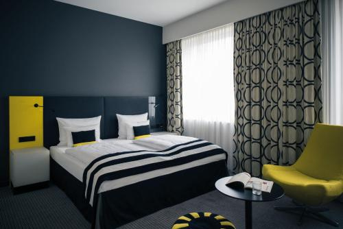 A bed or beds in a room at Vienna House Andel's Berlin