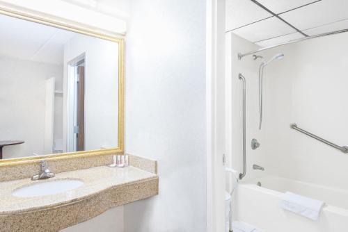 A bathroom at Howard Johnson by Wyndham Saugerties