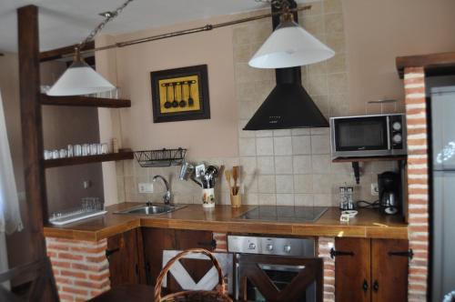 Una cocina o zona de cocina en La Vieja Usanza de Gredos