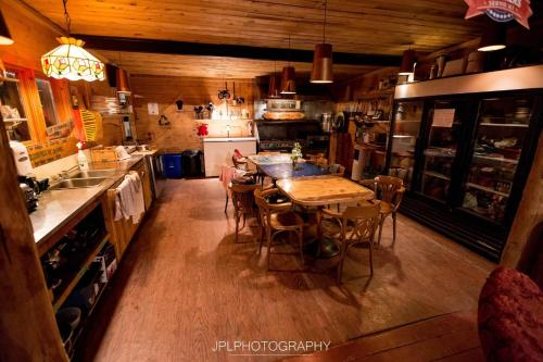 A restaurant or other place to eat at Auberge/Chalet Griffon Aventure