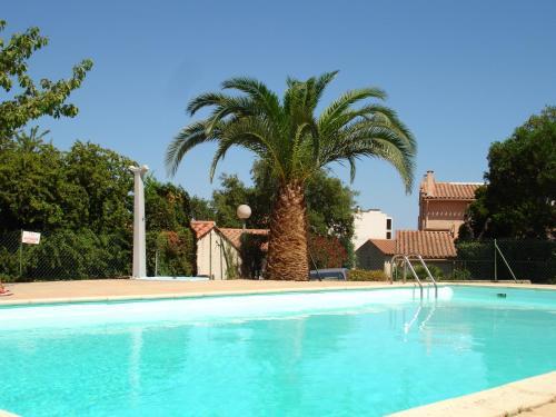 The swimming pool at or near Les Bastidons rez jardin No 2