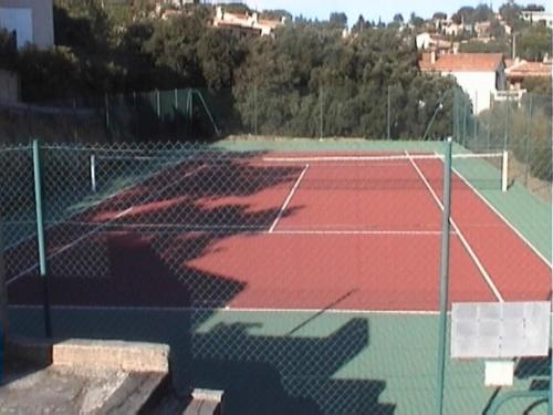Tennis and/or squash facilities at Les Bastidons rez jardin No 2 or nearby