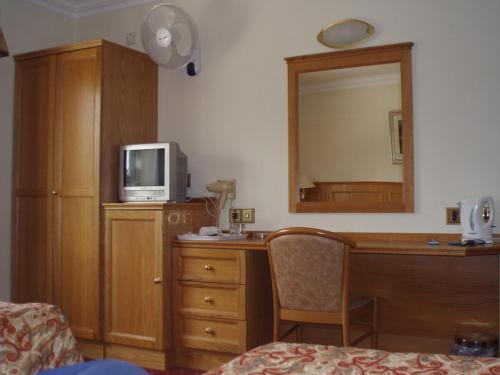 Een TV en/of entertainmentcenter bij Viking Hotel