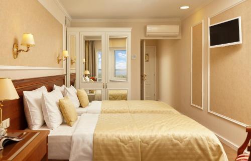 Кровать или кровати в номере Гостиница Октябрьская