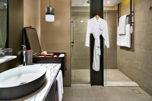 Ein Badezimmer in der Unterkunft Swissotel The Stamford
