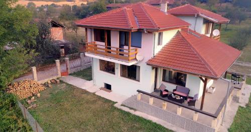 Изглед към басейн в Къща за гости Вила Боженица или наблизо