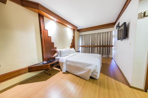 Cama ou camas em um quarto em Phenícia Bittar Hotel