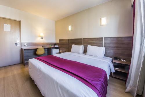 Cama ou camas em um quarto em América Bittar Hotel