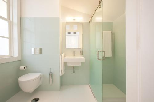 A bathroom at Porto Lounge Hostel & Guesthouse