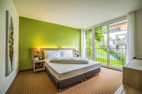 Кровать или кровати в номере Hotel Eastside (free parking garage)