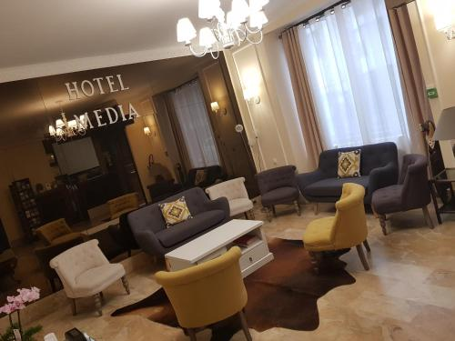 The lounge or bar area at Hôtel Média