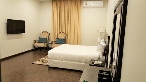 سرير أو أسرّة في غرفة في Towlan Al Rawdah