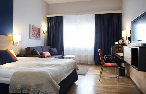 Een bed of bedden in een kamer bij Quality Hotel Waterfront