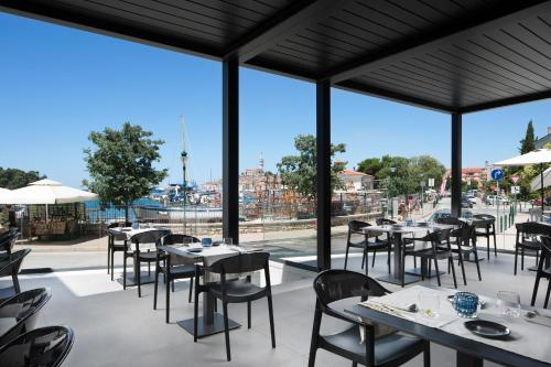 A restaurant or other place to eat at Hotel Delfin
