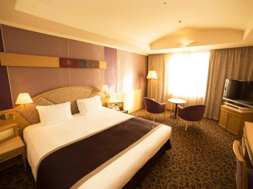 A bed or beds in a room at Ginza Creston