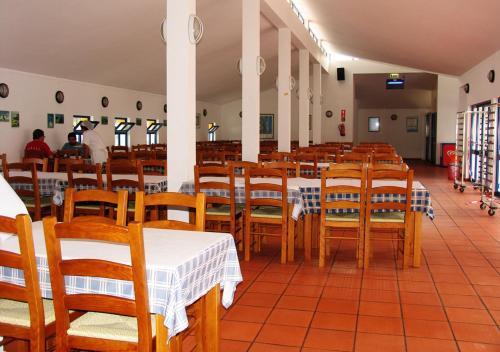 Een restaurant of ander eetgelegenheid bij Parque de Campismo Orbitur Sitava Milfontes