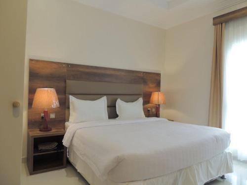 سرير أو أسرّة في غرفة في قولدن سكوير