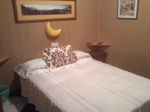 A bed or beds in a room at Pensión Moni Albayzin