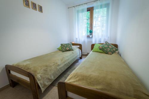 Łóżko lub łóżka w pokoju w obiekcie Orzechowy
