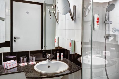 A bathroom at IntercityHotel Celle