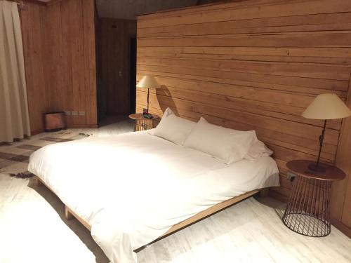 A bed or beds in a room at Peuma Lodge Patagonia