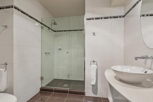 A bathroom at Peppers Seaport Hotel