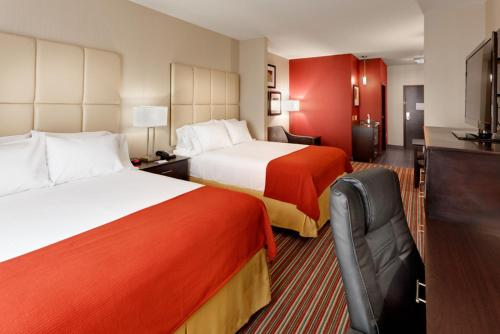 A bed or beds in a room at Holiday Inn Express & Suites Northeast, an IHG Hotel