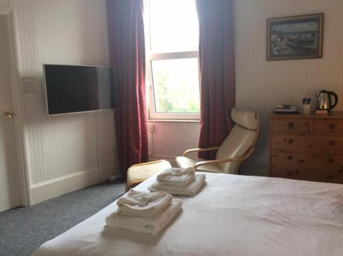 A bed or beds in a room at Cavell House Bed and Breakfast